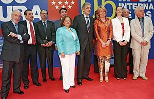 La Presidenta de la Comunidad, Esperanza Aguirre, con los galardonados. (Foto: EL MUNDO)