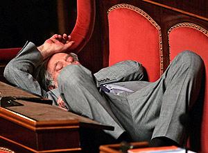 Un senador se toma un descanso tras la tercera ronda de votaciones. (Foto: REUTERS)