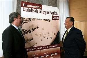 El director del Instituto Cervantes, César Antonio Molina (i), y el alcalde de Cartagena de Indias, Nicolás Curi, durante la presentación del programa del IV Congreso Internacional de la Lengua Española. (Foto: EFE)