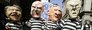 Manifestantes disfrazados de líderes de EEUU. IMÁGENES (AFP)
