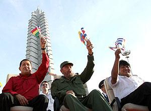 Chávez, Castro y Morales, en la en la plaza de la Revolución de La Habana. (Foto: EFE)