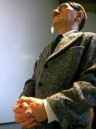 Figura de cera de Adolf Hitler, por Maurizio Cattelan. (Foto: REUTERS)