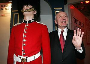 El alcalde de Londres, Ken Livingstone, saluda al lado de un guardia. (Foto: REUTERS)