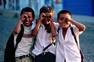 Tres niños posan en El Salvador. (Foto: Intervida)