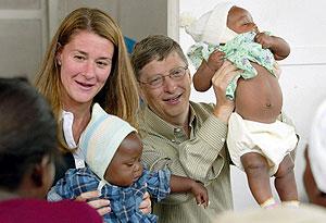 Bill y Melinda Gates, durante un viaje a Mozambique en 2003. (Foto: EFE)