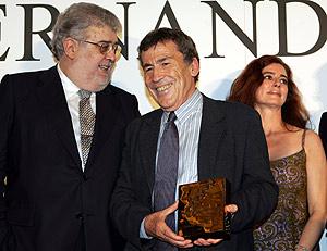 El escritor Fernando Sánchez Dragó, mientras recoge el premio. (Foto: EFE)