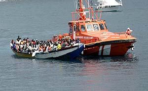 Un cayuco es trasladado el sábado al puerto de Los Cristianos. (Foto: EFE)