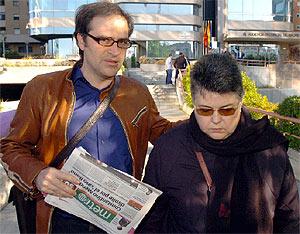 Familiares de las víctimas poco antes de su entrada a la Audiencia. (EFE)