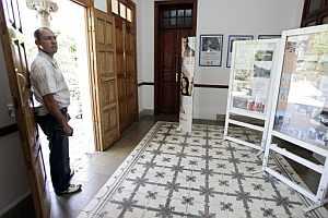Vestíbulo de la sede de Cruz Roja de Las Palmas de Gran Canaria en cuyo acceso murió la mujer. (Foto: EFE)