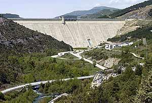 La presa de Itoiz, una de las 1.200 que hay en España. (Foto: EFE)