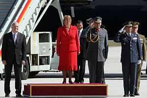 Michelle Bachelet, acompañada por el ministro de Asuntos Exteriores español, a su llegada a Barajas. (Foto: EFE)