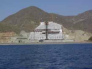 Imagen del hotel que se construía en la playa del Algarrobico. (Foto: G. Catalán)