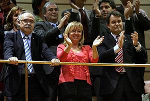 El líder de CiU, Artur Mas, y la vicepresidenta del PSC, Manuela de Madre, aplauden junto al líder de ERC, Josep Lluis Carod-Rovira. (Foto: EFE)