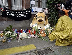 Un familiar de la mujer muerta deposita flores en el lugar donde fue abatida. (Foto: AFP)