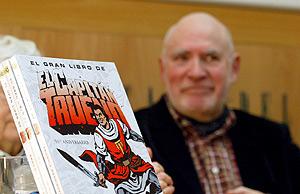Víctor Mora, creador del personaje, junto al libro editado por los 50 años. (Foto: Antonio Moreno)