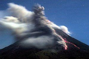 Imagen del volcán en fase de erupción. (Foto: AP)