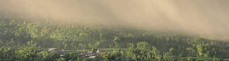 Una lluvia de cenizas cae sobre una aldea en la falda del volcán Merapi. (Foto: REUTERS)