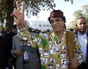Muamar Gadafi, en una visita a Mozambique en 2003. (Foto: AFP)