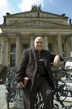 Lorenzo Palomo delante de la Konzerthaus de Berlín. (Foto: PATRICIA SEVILLA)