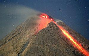 Ríos de lava emanan del Merapi. (Foto: AP)