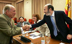 Alfredo Pérez Rubalcaba saluda al diputado de Coalición Canaria Luis Mardones en la Comisión de Interior. (Foto: EFE)