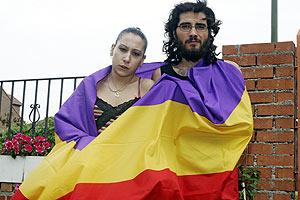 Eduardo y Nayara, los dos jóvenes detenidos tras ondear una bandera ante los Príncipes. (Foto: Diego Sinova)