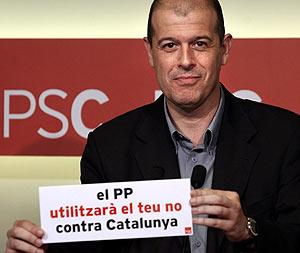 El secretario de organización del PSC, José Zaragoza, muestra el lema de la precampaña. (Foto: EFE)