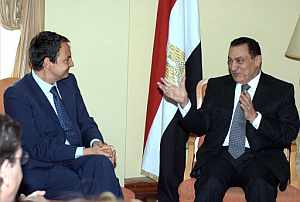 José Luis Rodríguez Zapatero (izda.) y Hosni Mubarak, en Sevilla. (Foto: EFE)