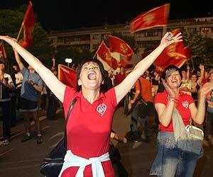 Una mujer celebra en las calles de Podgorica la victoria del 'si' por la independencia. (Foto: AP)