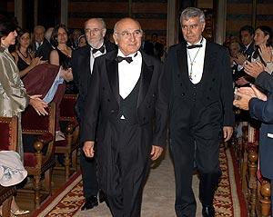 Brines entra en la sala con Álvaro Pombo (i) y el arquitecto Antonio Fernández de Alba (d). (Foto: EFE)