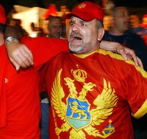Un montenegrino celebra la victoria independentista. (Foto: AP)