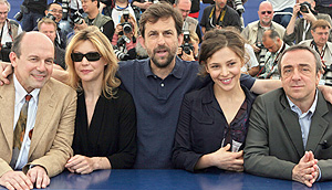 Nanni Moretti (centro) con los actores de su película (de izq a dch) Elio De Capitani, Margherita Buy, Jasmine Trinca y Silvio Orlando . (Foto: AP)