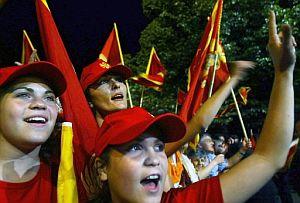 Ciudadanos de Montenegro celebran los resultados del referéndum en Cetinje. (Foto: AFP)