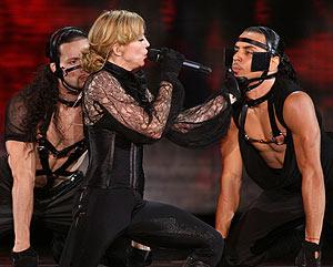 Madonna, como amazona, con sus bailarines, caracterizados como sus caballos. (Foto: REUTERS)