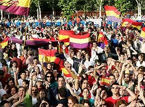 Banderas nacionales y republicanas en la visita de los Príncipes a Fuenlabrada. (EFE)