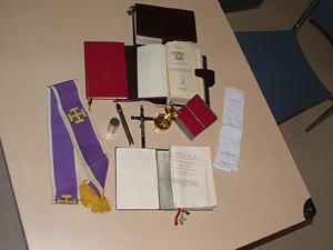 Algunos de los objetos incautados a los 'falsos' curas. (Foto: Policía)