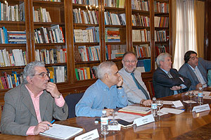 De izda. a dcha., Alfredo Semprún, Juan Cruz, Fernando González Urbaneja, Carlos Maribona y Pedro G. Cuartango. (Foto: APM)