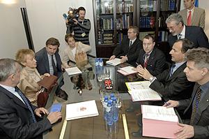 El vicepresidente de la CE, Franco Frattini (2d), conversa con María Teresa Fernández de la Vega (2i). (Foto: EFE)