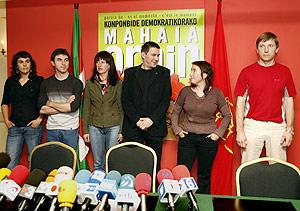De izqa. a dcha., Arantxa Santesteban, Xabi Larralde, Elena Urabayen, Arnaldo Otegi, Olatz Dañobeitia y Rufi Etxeberria. (Foto: EFE)