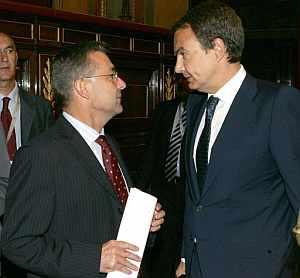 El presidente del Gobierno, José Luis Rodríguez Zapatero, y el presidente de CC, Paulino Rivero. (Foto: EFE)