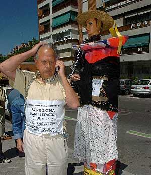 Jesús Otero, encadenado a un parquímetro. (EFE)