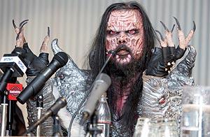 El cantante, durante una rueda de prensa, con su máscara. (Foto: EFE)