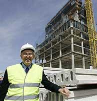 El arquitecto César Pelli visitando las obras de la Torre Mutua. (Foto: Diego Sinova)