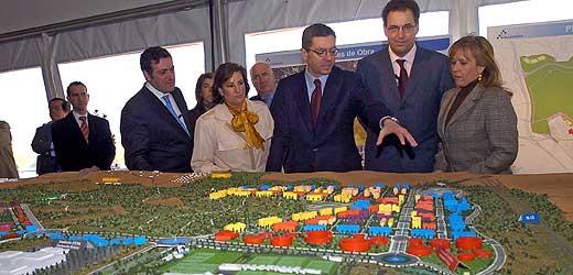 El alcalde de Madrid muestra la maqueta del futuro barrio de Valdebebas. (Foto: Carlos Miralles)