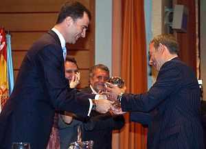 El Príncipe entrega el premio al corresponsal de 'El País'. (Foto: EFE)