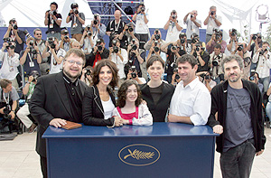 Guillermo del Toro, Maribel Verdú, Ivana Baquero, Ariadna Gil, Sergi López y Doug Jones. (Foto: AFP)