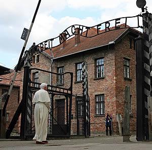 El Papa, al pasar bajo las puertas de entrada a Auschwitz. (Foto: REUTERS)