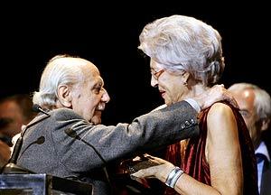 El actor Manuel Alexandre recibe de manos de Pilar Bardem el premio al Mejor Actor Protagonista de Cine por 'Elsa y Fred'. (Foto: EFE)