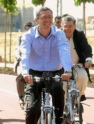Ruiz-Gallardón recorre la segunda fase del Anillo Verde. (EFE)