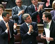 Eduardo Zaplana y Ángel Acebes aplauden a Mariano Rajoy tras su intervención (Foto: EFE).